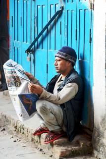 街边读报人